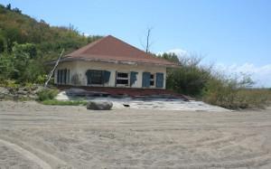 Kun 3. etasje vises, resten av huset og golfbanen er dekket med hrus
